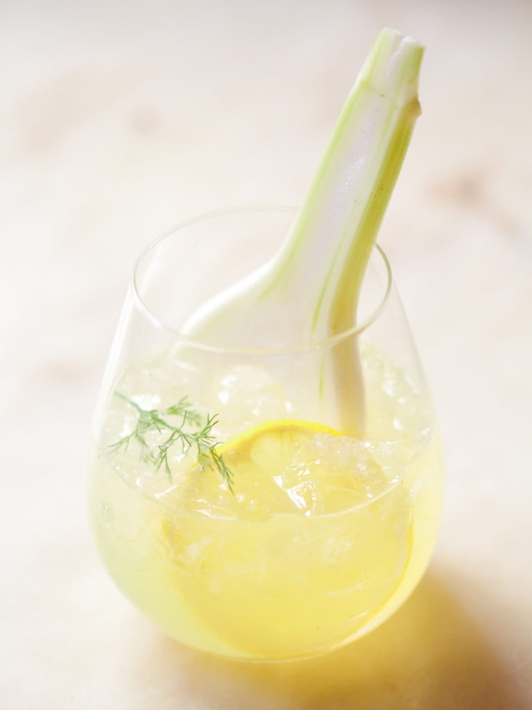 gin-cocktail mit fenchelsirup