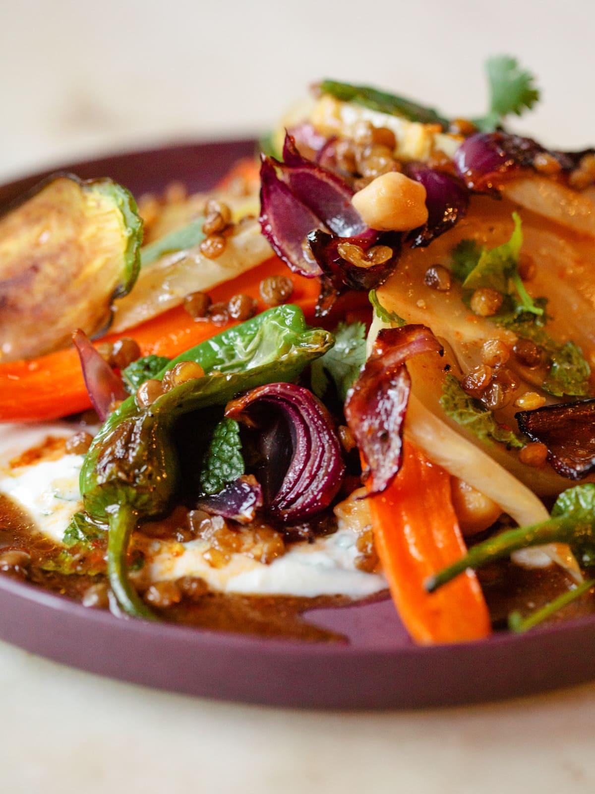 veganes menu mit scharfer Harissasauce