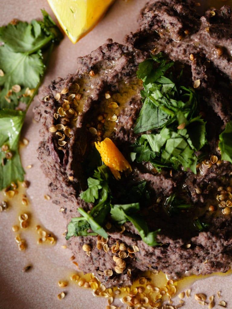 Hummus aus schwarzen Bohnen und Oliven