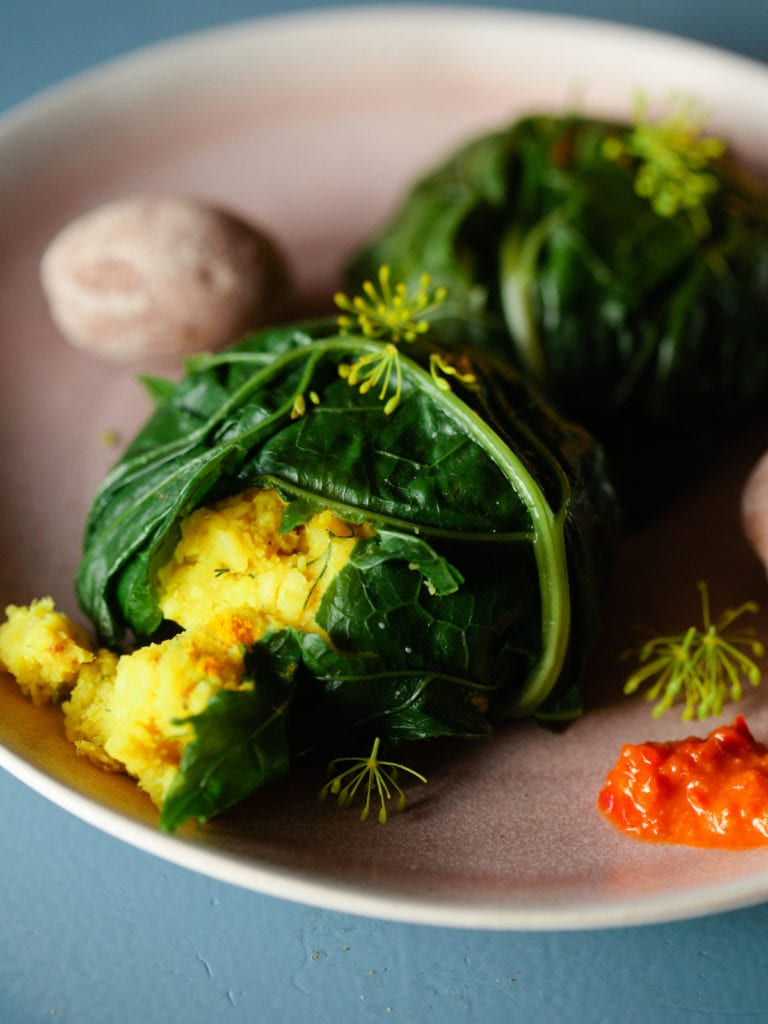 Red Russian Blattkohl gefüllt mit orientalischen Hülsenfrüchten
