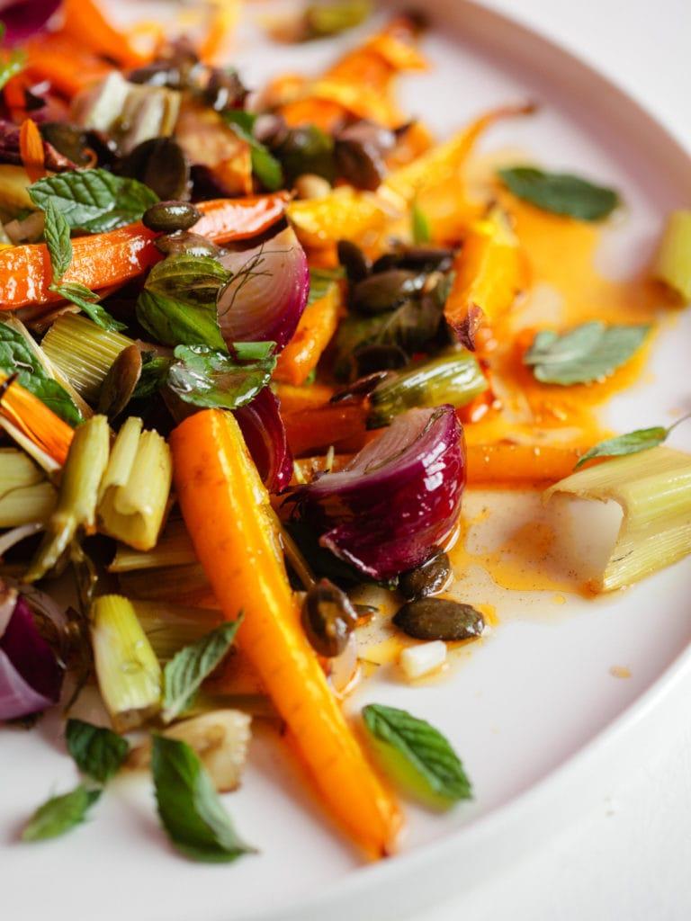 Geröstete Karotten und rote Zwiebeln mit Fenchel und Minze